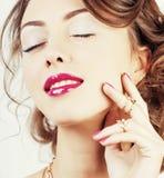 La giovane donna di lusso di bellezza con gioielli, gli anelli, chiodi si chiude su Immagini Stock