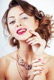 La giovane donna di lusso di bellezza con gioielli, gli anelli, chiodi si chiude su Fotografia Stock