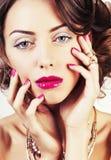 La giovane donna di lusso di bellezza con gioielli, gli anelli, chiodi si chiude su Fotografie Stock