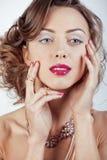 La giovane donna di lusso di bellezza con gioielli, gli anelli, chiodi si chiude su su bianco Fotografia Stock Libera da Diritti
