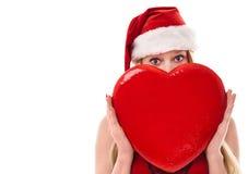 La giovane donna di natale con cuore rosso ha isolato immagine stock libera da diritti