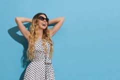 La giovane donna di risata gode della luce di The Sun fotografia stock