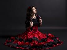 La giovane donna di romani si siede in vestiti tradizionali spagnoli Fotografia Stock Libera da Diritti
