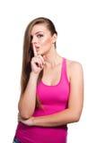 La giovane donna di sguardo di modello mostra il segno essere silenziosa Immagini Stock