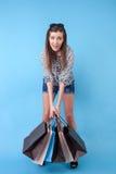 La giovane donna disegnata allegra sta andando a fare spese Immagini Stock Libere da Diritti