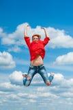 La giovane donna divertente felice della testarossa salta la risata Immagine Stock Libera da Diritti