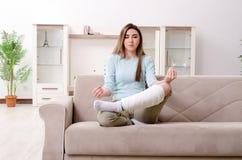 La giovane donna dopo l'incidente stradale che soffre a casa immagine stock