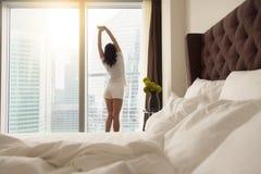 La giovane donna dopo sveglia l'allungamento Immagini Stock Libere da Diritti