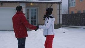 La giovane donna e l'uomo barbuto che camminano sul cortile che si tiene per mano, quindi si fermano e baciare Le coppie felici h stock footage