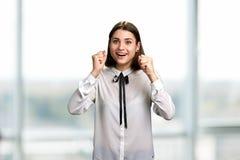 La giovane donna emozionante ha serrato i suoi pugni immagine stock libera da diritti