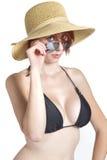 La giovane donna esamina gli occhiali da sole fotografia stock libera da diritti