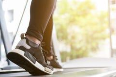La giovane donna esegue l'esercizio nel centro di forma fisica atleta femminile w immagini stock libere da diritti