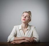 La giovane donna esile sta pensando Fotografie Stock Libere da Diritti