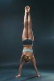 La giovane donna fa l'yoga Immagini Stock Libere da Diritti