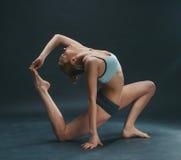La giovane donna fa l'yoga Immagine Stock