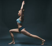 La giovane donna fa l'yoga Fotografie Stock Libere da Diritti