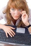 La giovane donna faticosa in vetri Immagine Stock