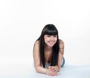 La giovane donna felice è sorridente ed esaminante la macchina fotografica Immagini Stock
