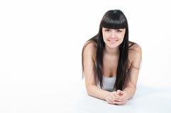 La giovane donna felice è sorridente ed esaminante la macchina fotografica Immagine Stock