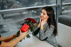 La giovane donna felice attraente ha ottenuto il bello mazzo delle rose rosse immagini stock libere da diritti