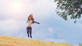 La giovane donna felice che gode della vita meravigliosa, saltante al campo, ha eccitato la persona archivi video