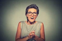 La giovane donna felice che sembra eccitata sorpreso nell'incredulità completa è me? immagine stock libera da diritti