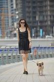 La giovane donna felice con il cucciolo si diverte Immagini Stock Libere da Diritti