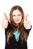 La giovane donna felice con il sorriso divertente dà i pollici su Immagine Stock