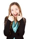 La giovane donna felice con il sorriso divertente dà a pollici su sull'le sedere bianche Fotografia Stock Libera da Diritti