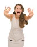 La giovane donna felice con le mani ha allungato in avanti Fotografie Stock