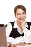 La giovane donna felice di affari si siede sullo scrittorio in ufficio Immagine Stock Libera da Diritti