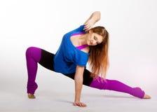 La giovane donna felice fa l'esercizio di forma fisica Immagine Stock Libera da Diritti