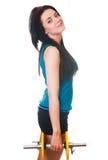 La giovane donna felice mette in mostra gli esercizi. Immagini Stock