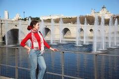 La giovane donna felice sta il ponte vicino fotografia stock libera da diritti