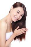 La giovane donna felice tocca i suoi capelli Immagini Stock Libere da Diritti