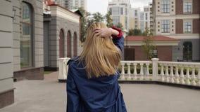 La giovane donna fugge allegro video d archivio