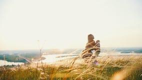 La giovane donna getta sul bambino nel campo dell'estate archivi video