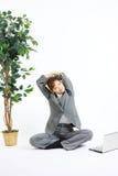 La giovane donna giapponese di affari prende un resto Fotografie Stock