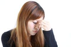 La giovane donna giapponese soffre da astenopia Fotografia Stock