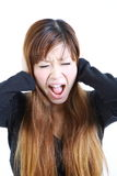 La giovane donna giapponese soffre da rumore Fotografia Stock
