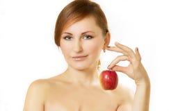 La giovane donna giudica la mela disponibila Fotografia Stock