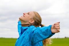 La giovane donna gode del giorno Fotografie Stock
