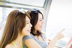 La giovane donna gode di di viaggiare e guardare fuori la finestra Fotografie Stock Libere da Diritti