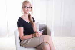 La giovane donna gradisce ricevere gli euro Fotografie Stock Libere da Diritti