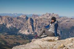 La giovane donna graziosa che guarda la bellezza della natura nel Tirolo del sud, falzarego di passo, italien le dolomia Fotografia Stock