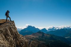 La giovane donna graziosa che guarda la bellezza della natura nel Tirolo del sud, falzarego di passo, italien le dolomia Immagini Stock