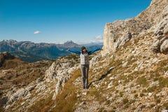 La giovane donna graziosa che guarda la bellezza della natura nel Tirolo del sud, falzarego di passo, italien le dolomia Immagini Stock Libere da Diritti