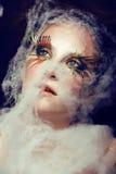 La giovane donna graziosa con creativo compone Immagine Stock