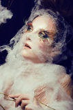 La giovane donna graziosa con creativo compone Fotografie Stock