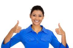La giovane donna graziosa con due pollici aumenta il gesto del segno Immagini Stock Libere da Diritti